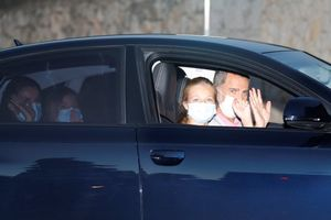 Felipe y Leonor saludan a su llegada a Palma. En el asiento trasero, Letizia y Sofía.