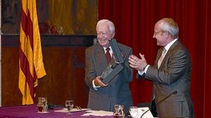 José Montilla aplaude a Jimmy Carter tras hacerle entrega de la escultura de Antoni Tàpies del premio, ayer en el Palau de la Generalitat.