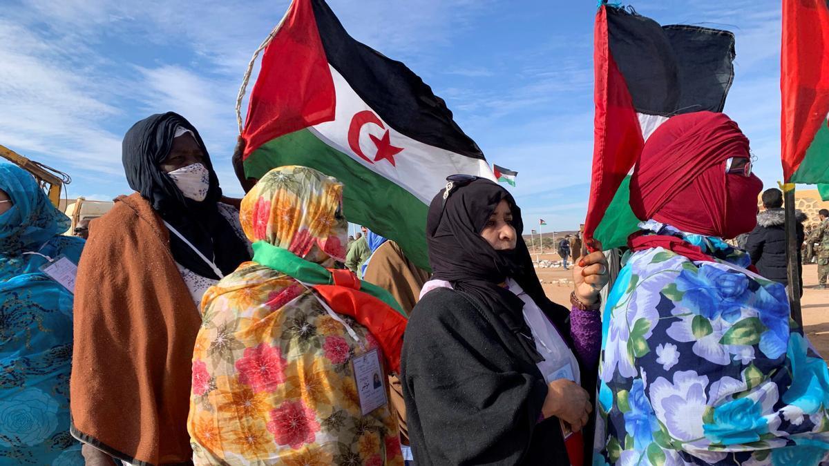 Varias mujeres acuden al XV Congreso del Frente Polisario, celebrado en la región liberada de Tifariti.