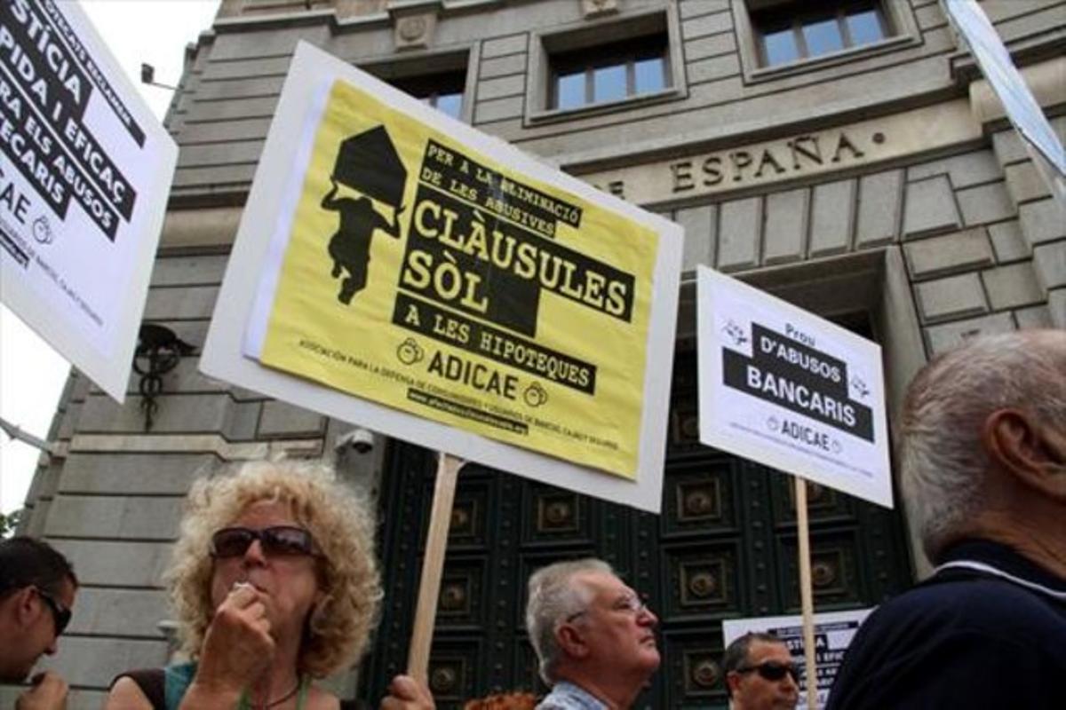 Protesta de afectados por las cláusulas suelo y otros productos financieros, ante la sede del Banco de España en Barcelona.