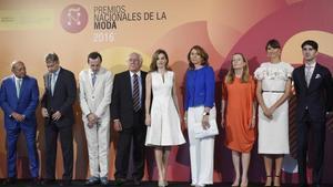 La reina Letizia ha hecho entrega este lunes de los IV Premios Nacionales de la Moda.