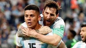 Leo Messi abraza apasionadamente a Marcos Rojo, autor del gol que clasificó a Argentina.