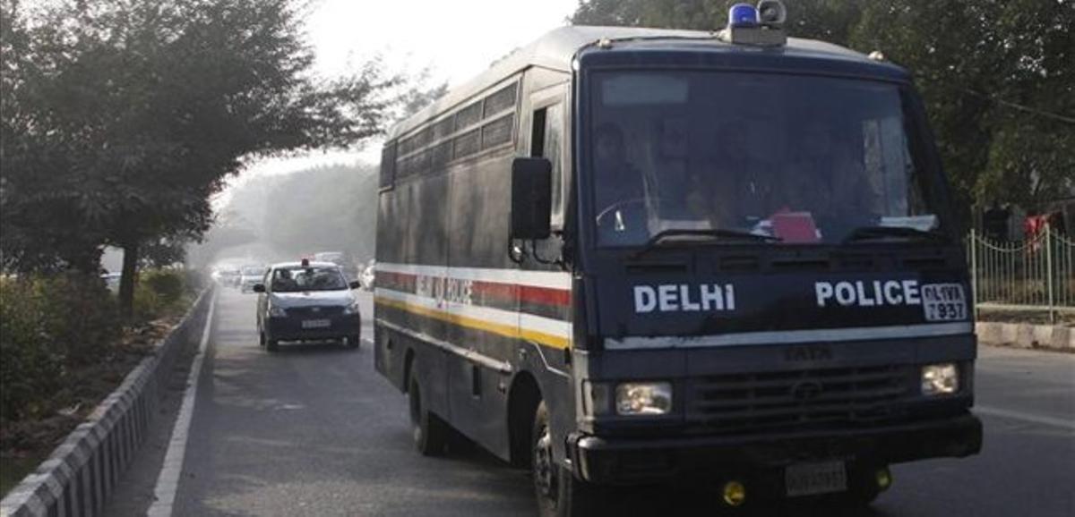 Un autobús de la policía abandona con los acusados el tribunal de Nueva Delhi, este lunes.