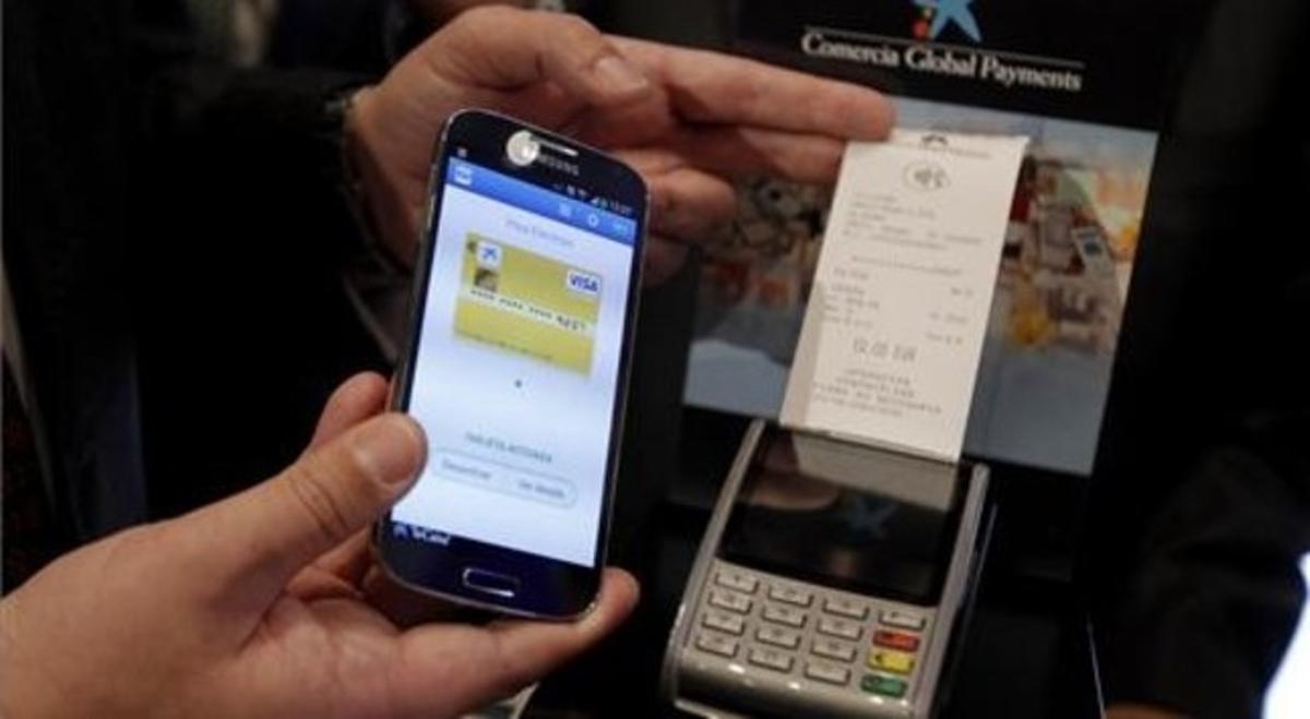 Ejemplo de pago con el móvil y un datáfono de La Caixa.