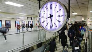 El reloj del vestíbulo de Renfe en la plaza de Catalunya.
