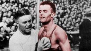 Étienne Gailly, atendido tras cruzar la línea de meta del maratón de Londres 1948.