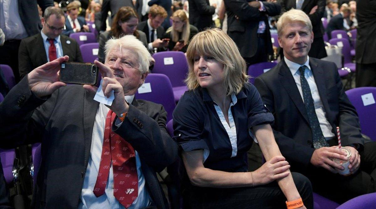 Stanley, Rachel y Jo Johnson esperan el anuncio de que Boris Johnson ha sido elegido líder del Partido Conservador, 23 Julio 2019