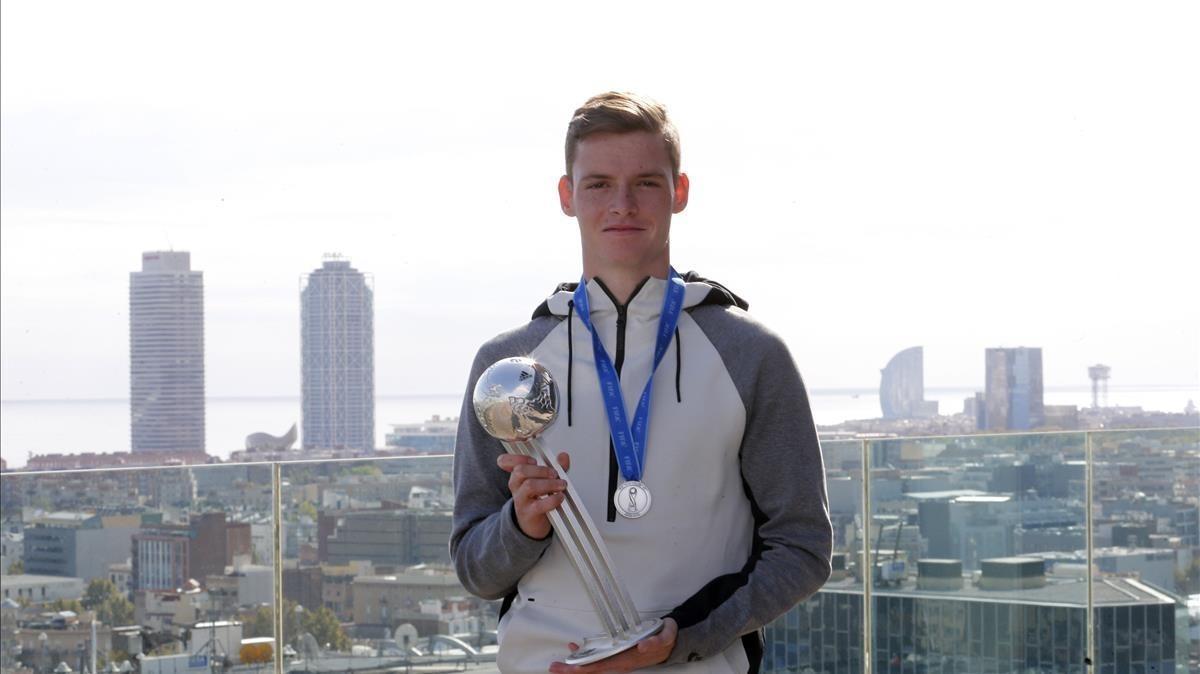 Sergio Gómez posa con el Balón de Plata como segundo mejor jugador del mundo juvenil que logró en la India.