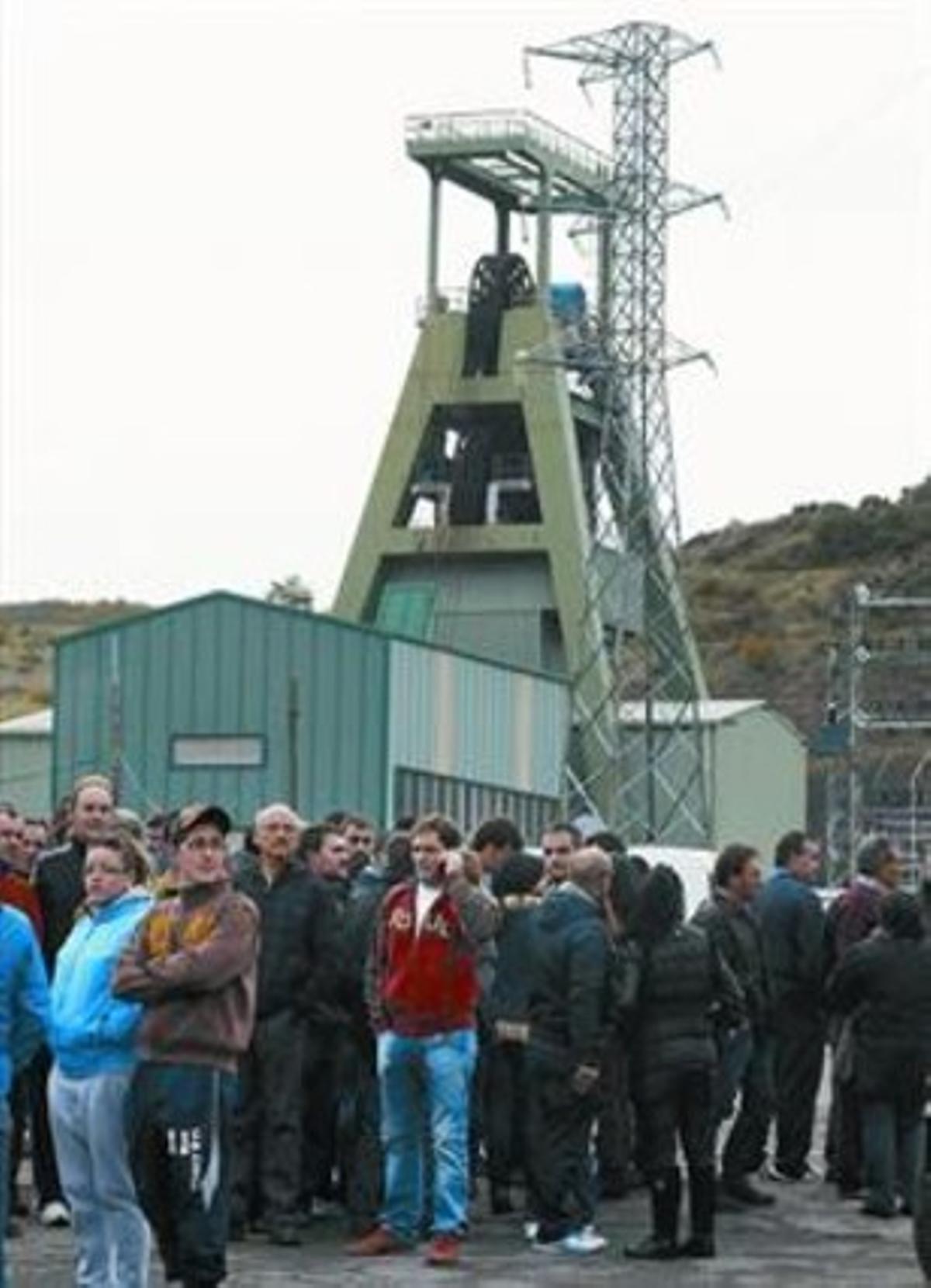 Compañeros, familiares, amigos y vecinos de las víctimas, reunidos en la mina de León, ayer.