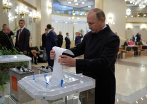 El presidente ruso, Vladimir Putin, deposita su voto en las elecciones del 18 de septiembre.