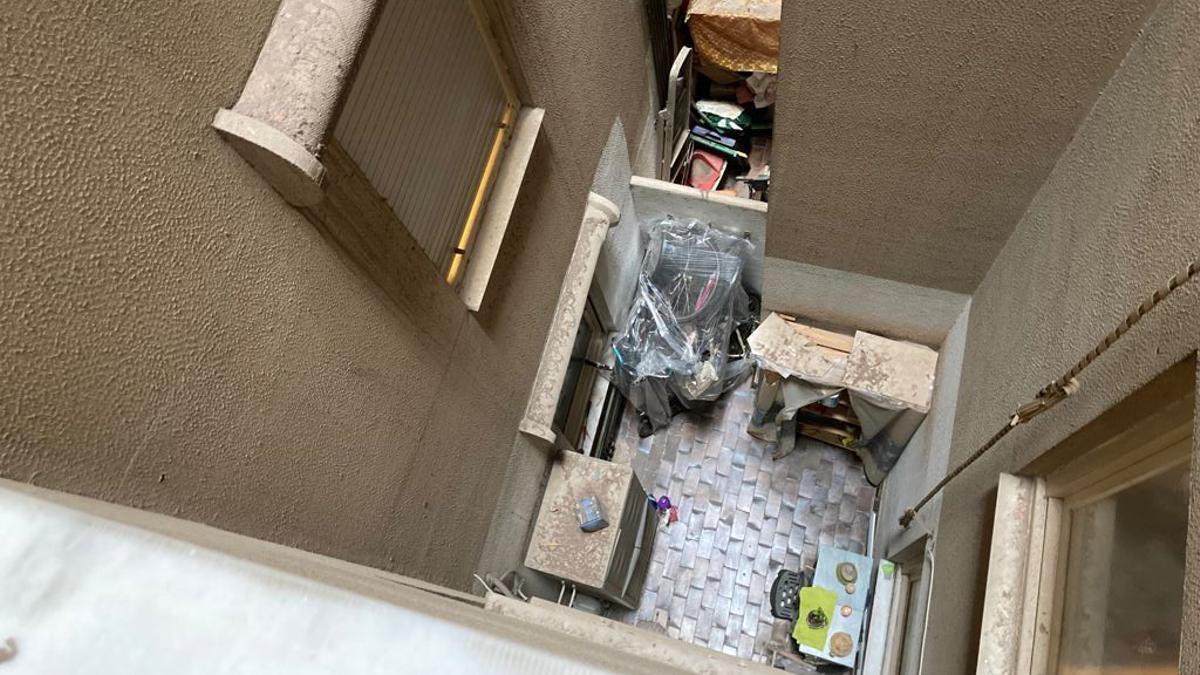 Patio interior de la vivienda en Sants por el que se suicidó Segundo.