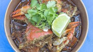 El plato de cangrejo picante de Nomad Road.