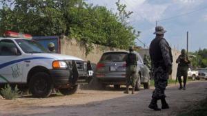 Elementos del Ejército mexicano resguardan una casa en Zapopan, Jalisco.