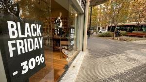 Un pequeño comercio de Barcelona en rebajas por Black Friday.