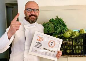 Albert Mendiola, chef de Marimorena, celebra la elección de su establecimiento como el mejor de la guía 'Els 50 millors restaurants del Baix Llobregat i L'Hospitalet'.