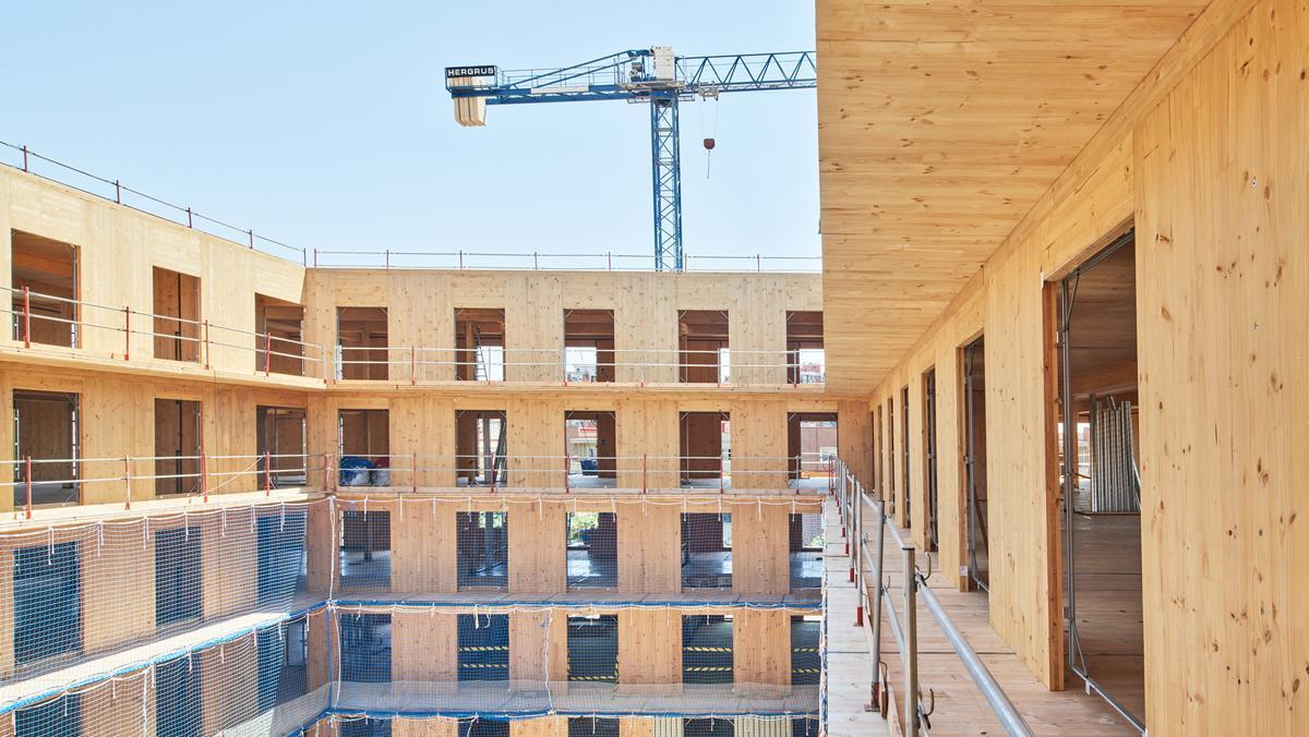Obras de construcción de un edificio de viviendas de protección oficial en Cornellà.
