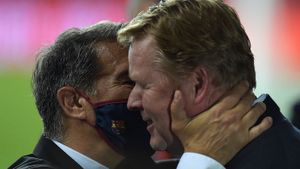 Laporta abraza a Koeman tras la conquista de la Copa del Rey en Sevilla.