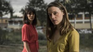 Maria Rodríguez (derecha) y Vicky Luengo en una imagen promocional de 'Una gossa en un descampat', de Clàudia Cedó.