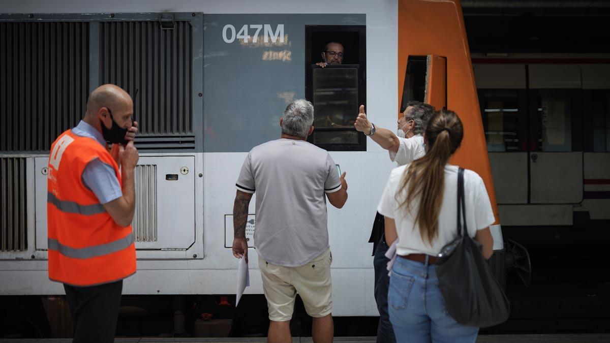 Pasajeros afectados por la huelga de trenes, en la estación de Sants de Barcelona. En la foto, un pasajero se queja a un maquinista de Renfe, durante la jornada de huelga, en la estación de Sants.