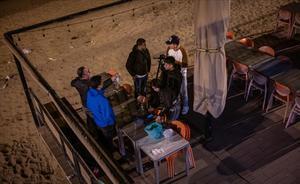 Un grupo de jóvenes bebe y charla en unas mesas de una terraza de un restaurante cerrado por las restricciones, en la Barcelonet, a principios de abril.