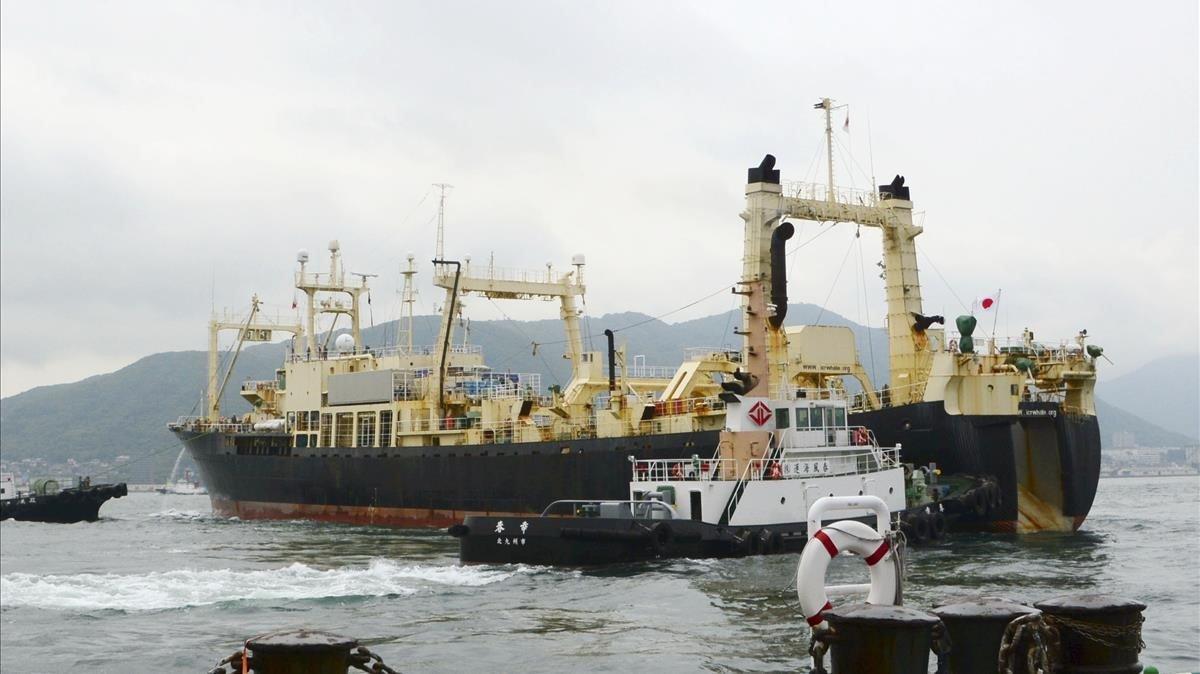 El buque ballenero Nisshin Maruparte del puerto de Shimonoseki, Japón.