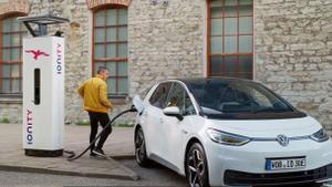 Volkswagen ID. 3 cargándose en la red pública Ionity
