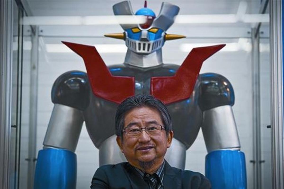 Go Nagai, junto a una reproducción del robot Mazinger Z, ayer en el Salón del Cómic.