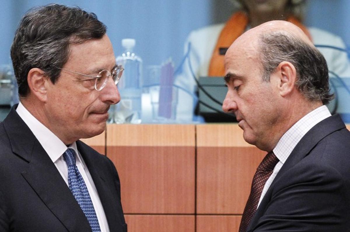 El presidente del BCE, Mario Draghi, y el ministro de Economía, Luis de Guindos.