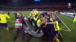 Los jugadores de Suecia celebransu pase al Mundial con los comentaristas de Eurosport.