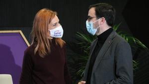 La candidata de En Comú Podemos, Jessica Albiach, hablando con el ministro de Consumo, Alberto Garzón, en un acto en Lloret de Mar.