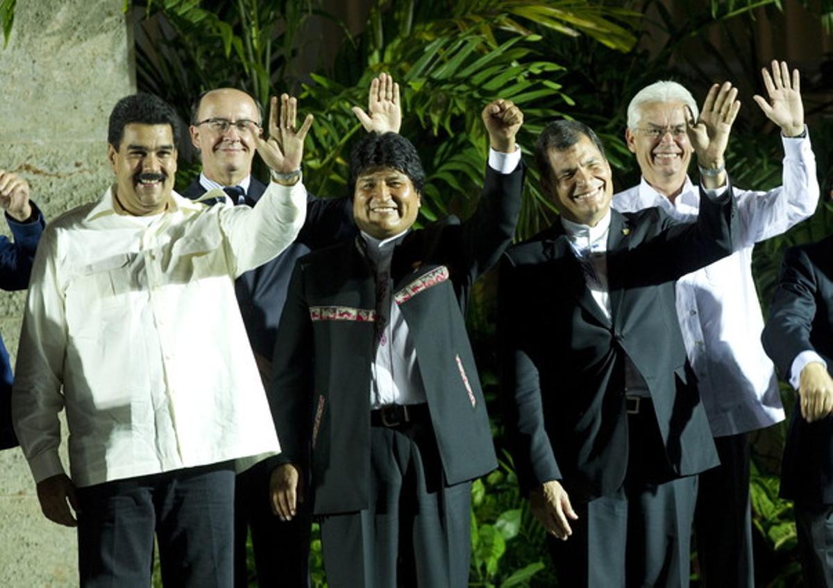 De izquierda a derecha, los presidentes Nicolás Maduro (Venezuela), Evo Morales (Bolivia) y Rafael Correa (Ecuador), saludan, en la foto de familia de la Celac.