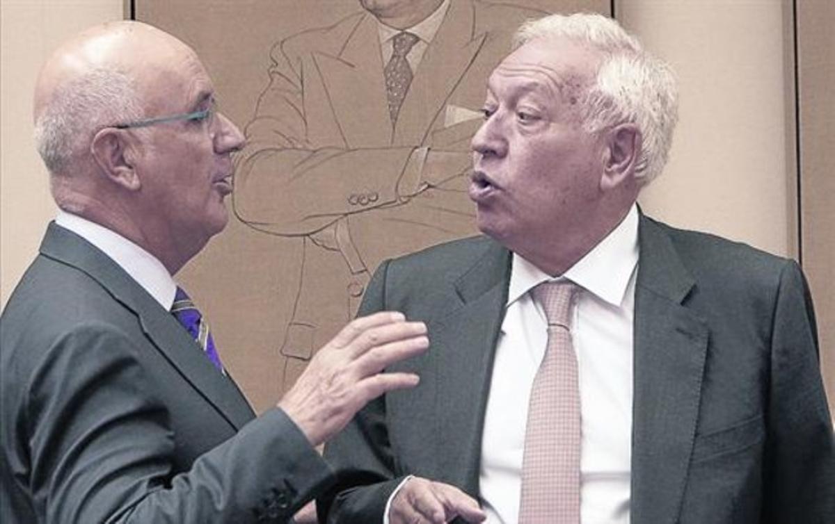 Josep Antoni Duran Lleida conversa con el ministro José Manuel García-Margallo, ayer, en el Congreso.