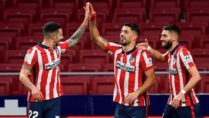 Hermoso y Carrasco felicitan a Suárez por un gol ante el Getafe.
