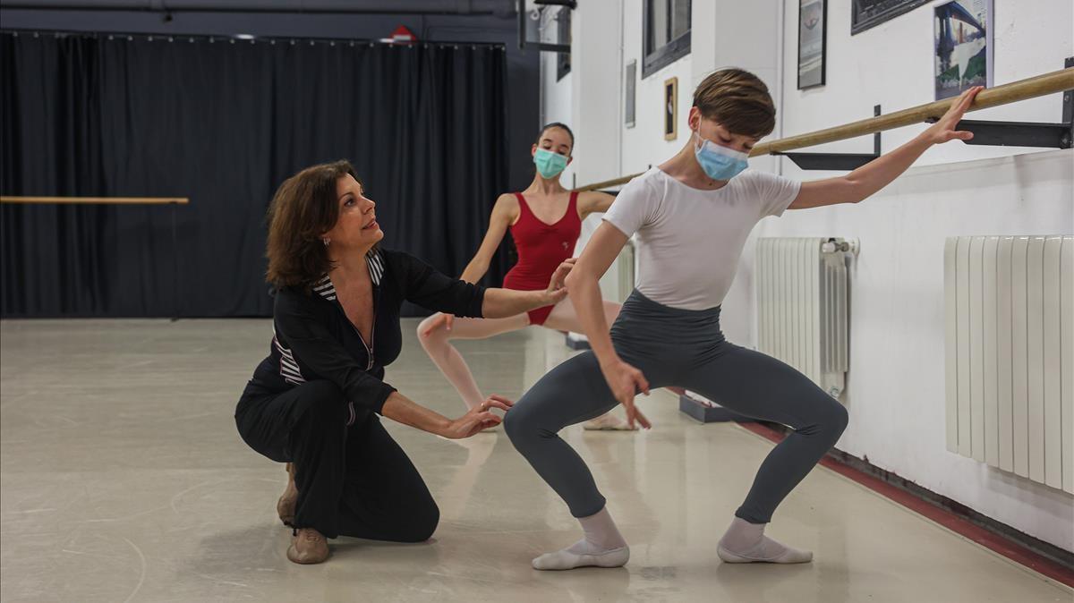 La veterana Marias Yudes, en una clase en su estudio de danza de Badalona.