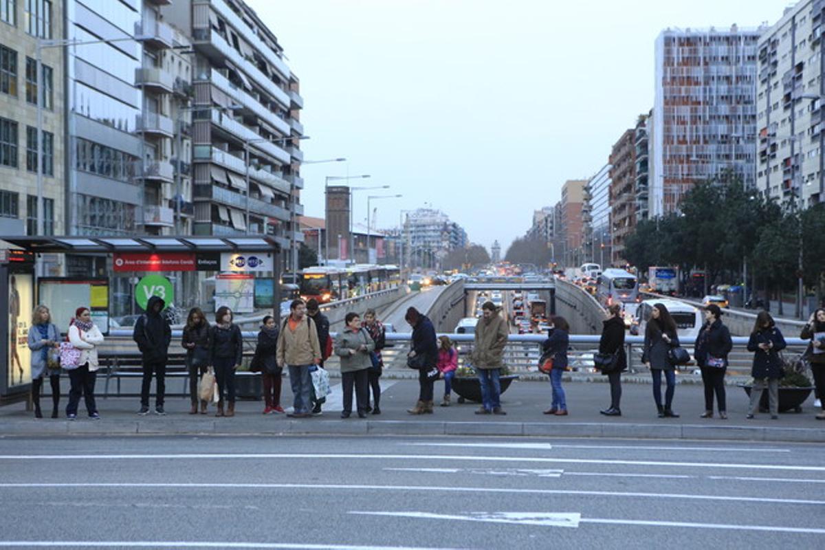 Cola en una parada de autobús de la plaza de Cerdà, en Barcelona, el lunes 22 de febrero.