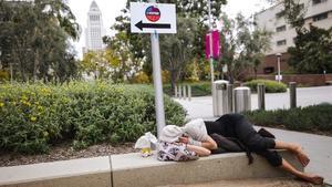 Mujer sin hogar en Los Ángeles.