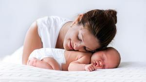 Una madre con su bebé.