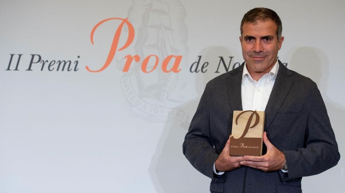El escritor leridano Francesc Serés con el Premi Proa