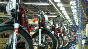 Una planta de fabricación de motocicletas.