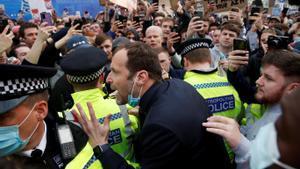 El exjugador del Chelsea, Peter Cech dialoga con los fans del club que se concentraron para protestar contra la Superliga