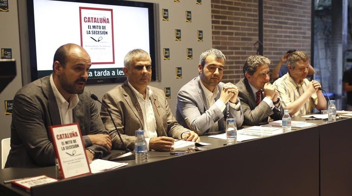 Juan Arza (primero por la izquierda), en la presentación del libro 'Cataluña. El mito de la secesión', con dirigentes del PPC, C's y el PSC, en el 2015.