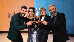 Ivan Medina, Candela Figueras y Roger de Gràcia entregan el premio a Mari Pau Huguet.