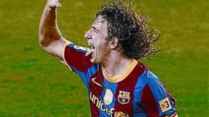 Carles Puyol muestra la 'manita', el pasado lunes en el Camp Nou.