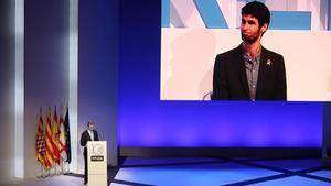 Felipe VI y el matemático Xavier Ros-Oton (en la pantalla),en la gala de los premios Princesa de Girona.