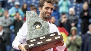 El tenista barcelonés Albert Ramos, con el trofeo del Torneo de Gstaad.