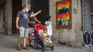 Una familia, de paseo por el centro de Barcelona, el pasado 27 de junio.