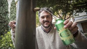 El ambientólogo Andreu Escrivà, con la cantimplora en una fuente de Valencia.