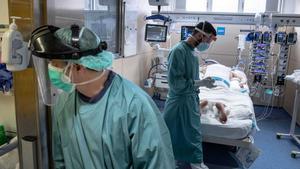 Atención a un paciente con coronavirus en la UCI del Hospital Vall d'Hebron de Barcelona.