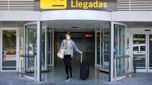 Una turista a su llegada al aeropuerto de Ibiza.