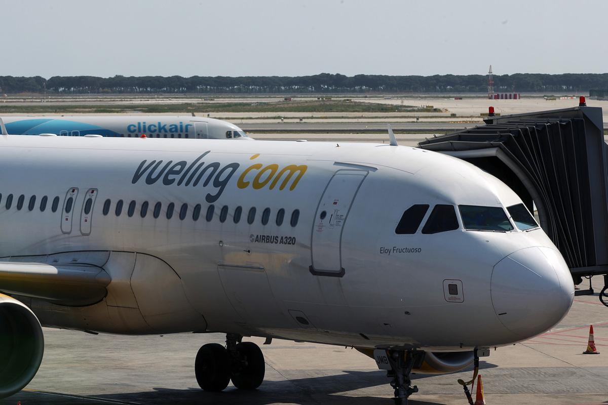 Imagen de archivo de uno de los aviones de la compañía Vueling en el aeropuerto de El Prat de Barcelona.